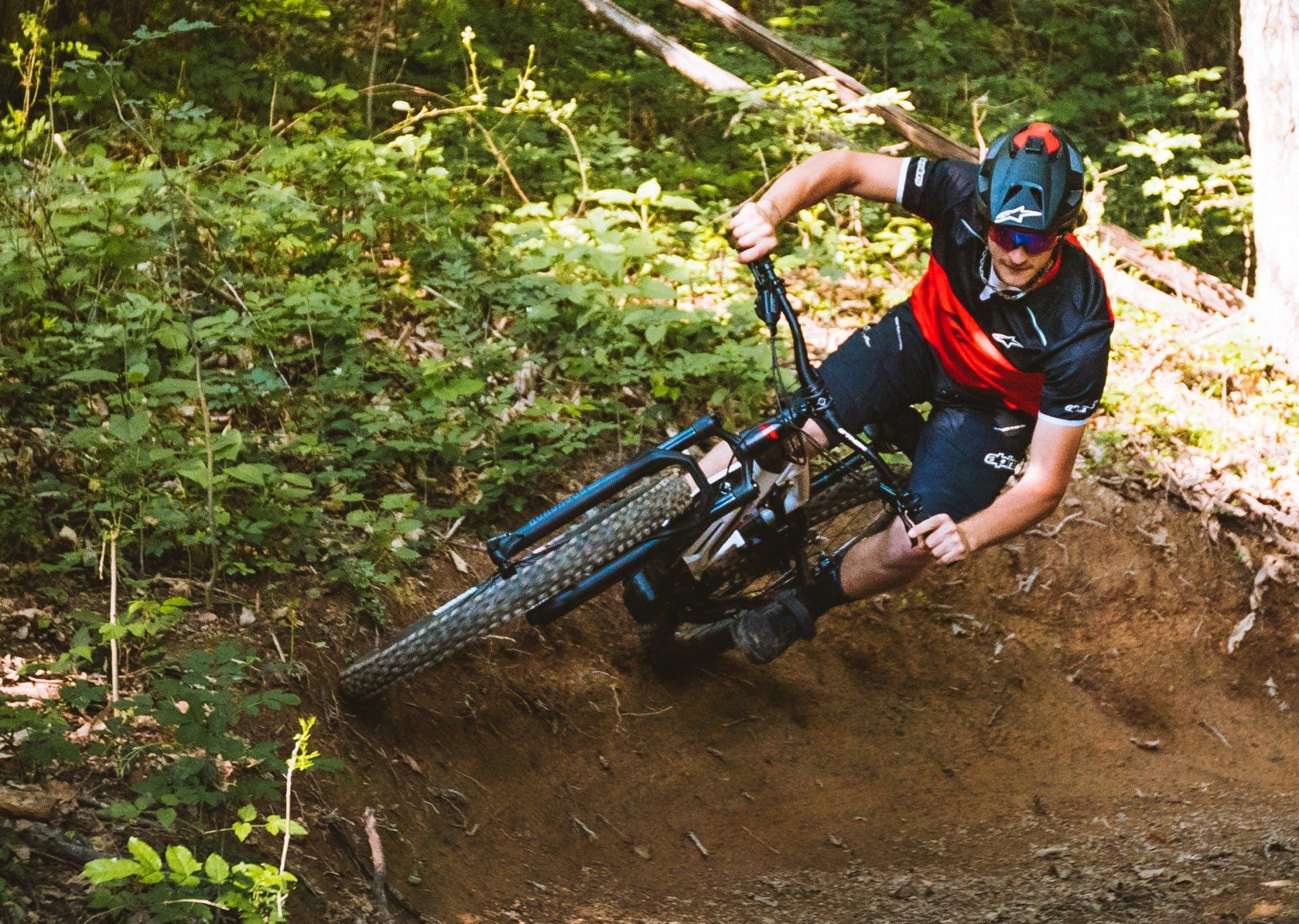 e-bike thok mig 2.0 in curva nel bosco