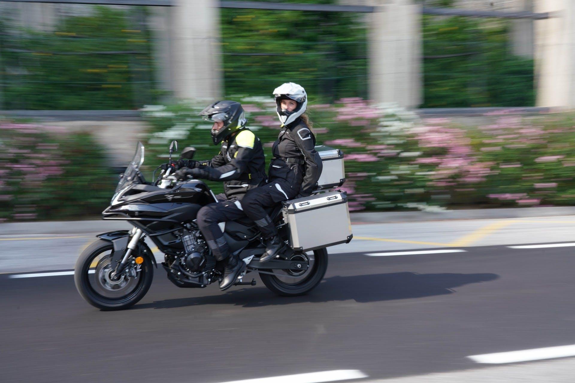 Voge Valico 500 DS, movimento laterale su strada cittadina con passeggero