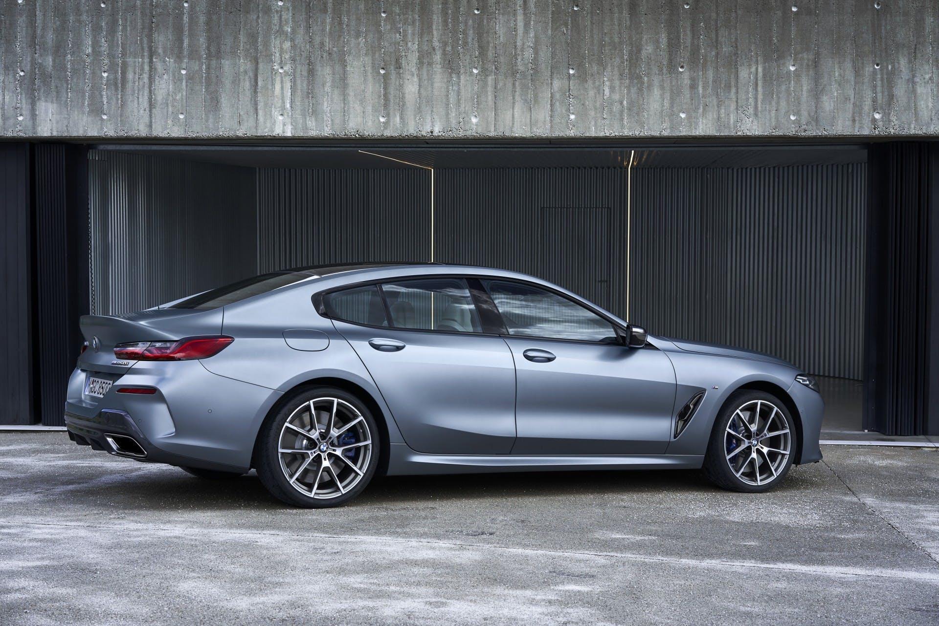 BMW M850i Gran Coupe statica tre quarti posteriore