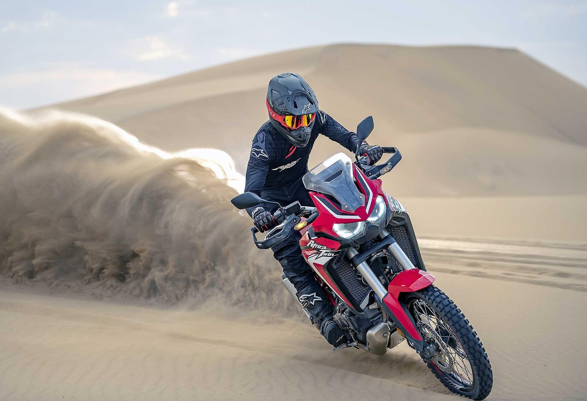 Honda Africa Twin 2020 Rossa, in azione sulle dune del deserto in Namibia