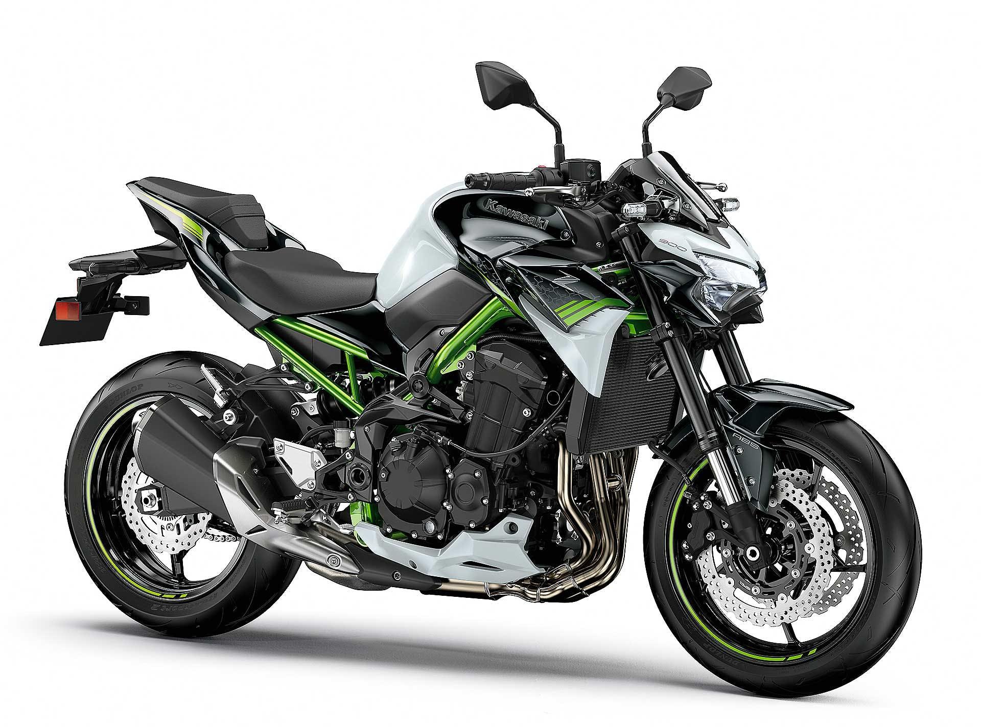 Prova Kawasaki Z900 2020 moto verde studio fondo bianco