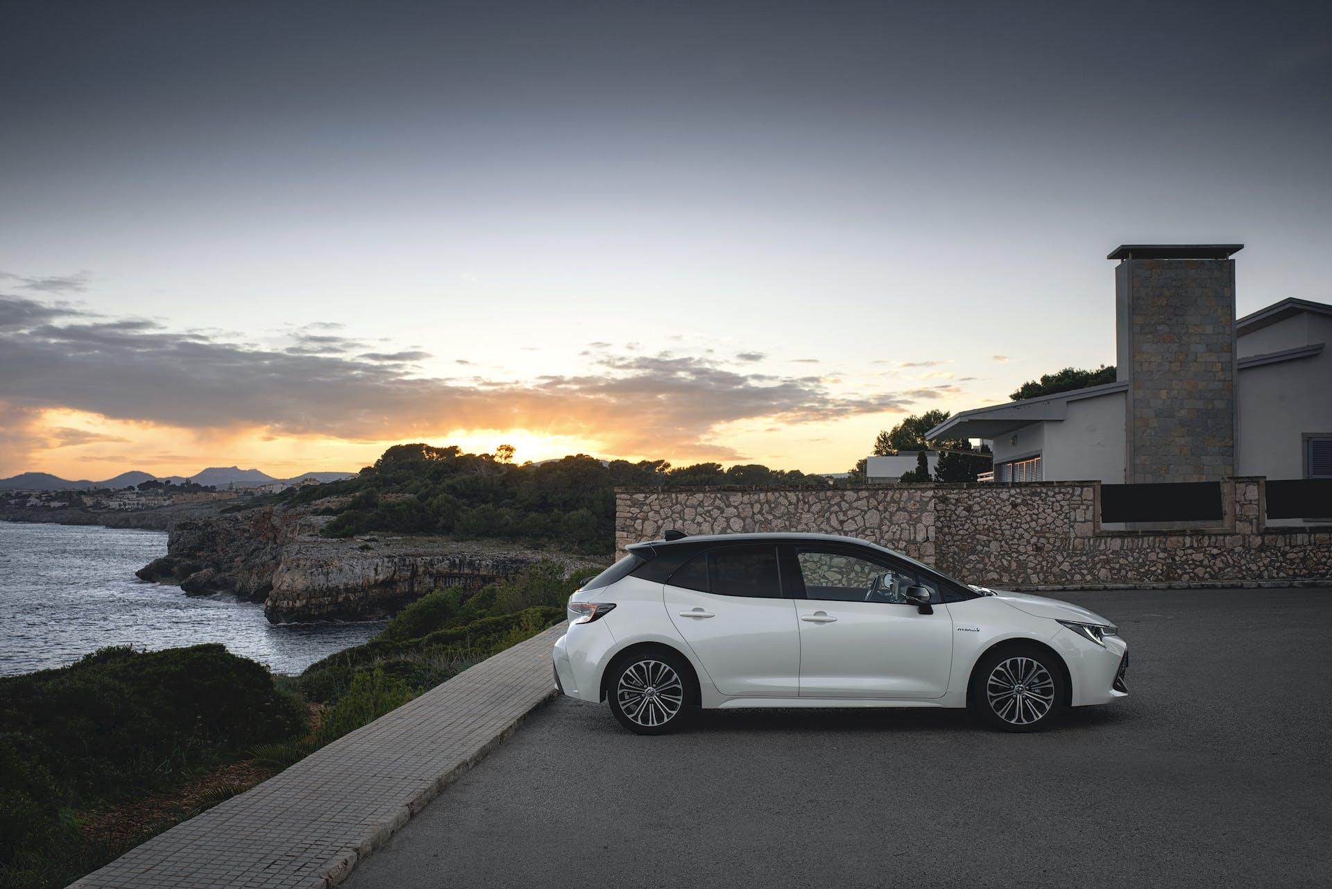 Toyota Corolla bianca laterale