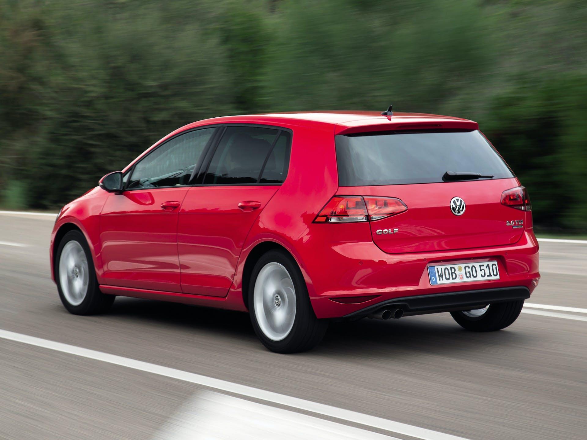 Volkswagen Golf VII rossa vista posteriore