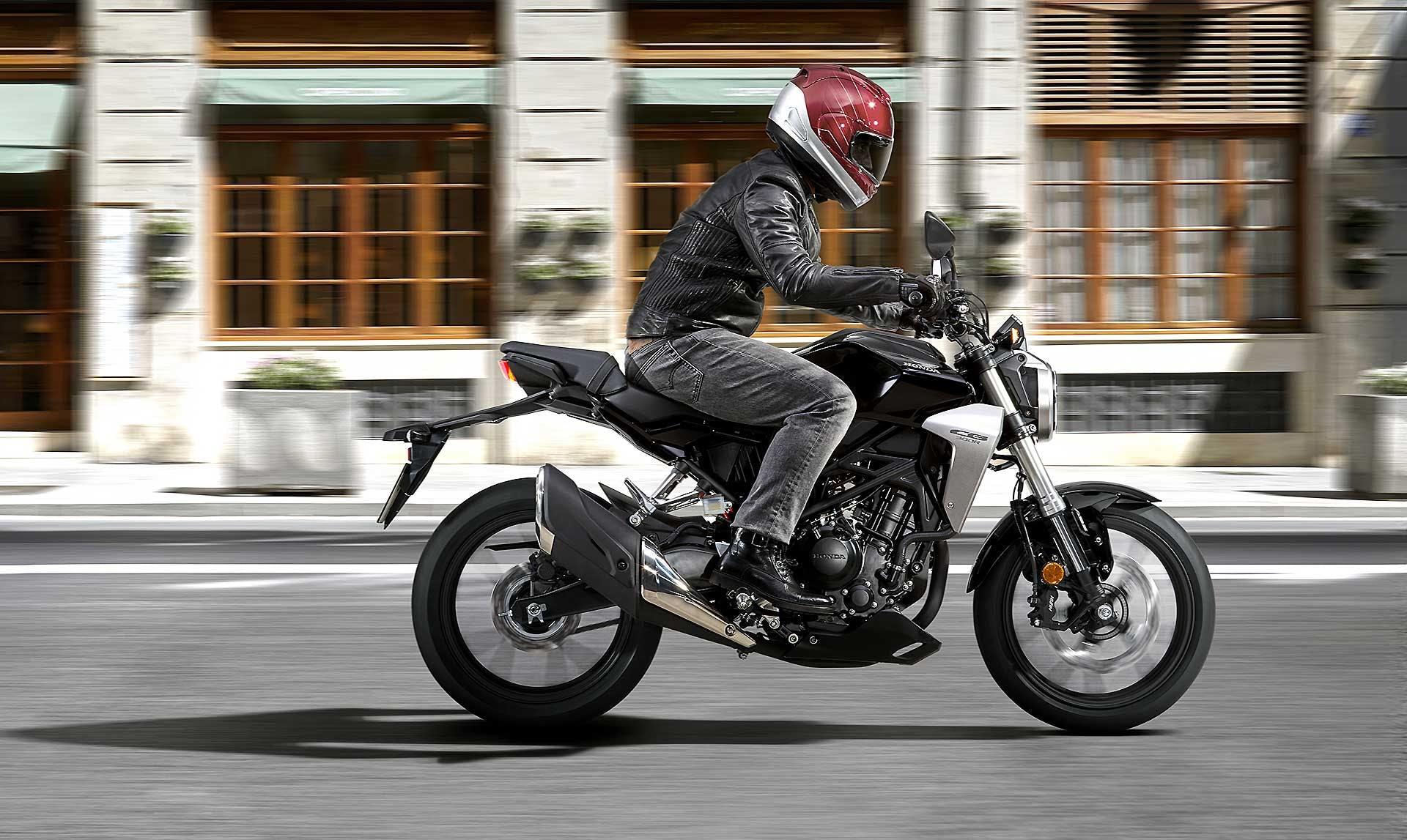 Honda CB300R su strada ambientata