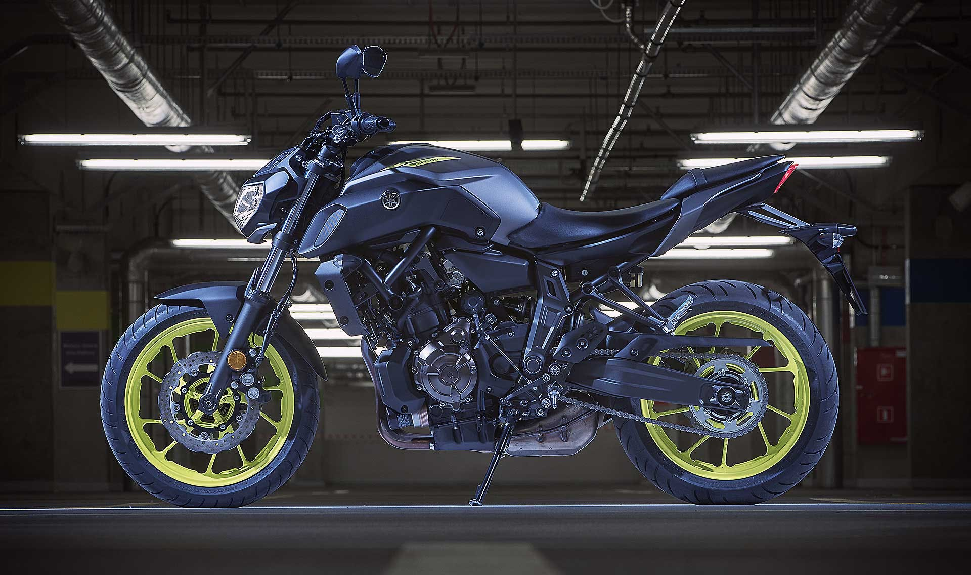 Yamaha MT-07 laterale indoor luci