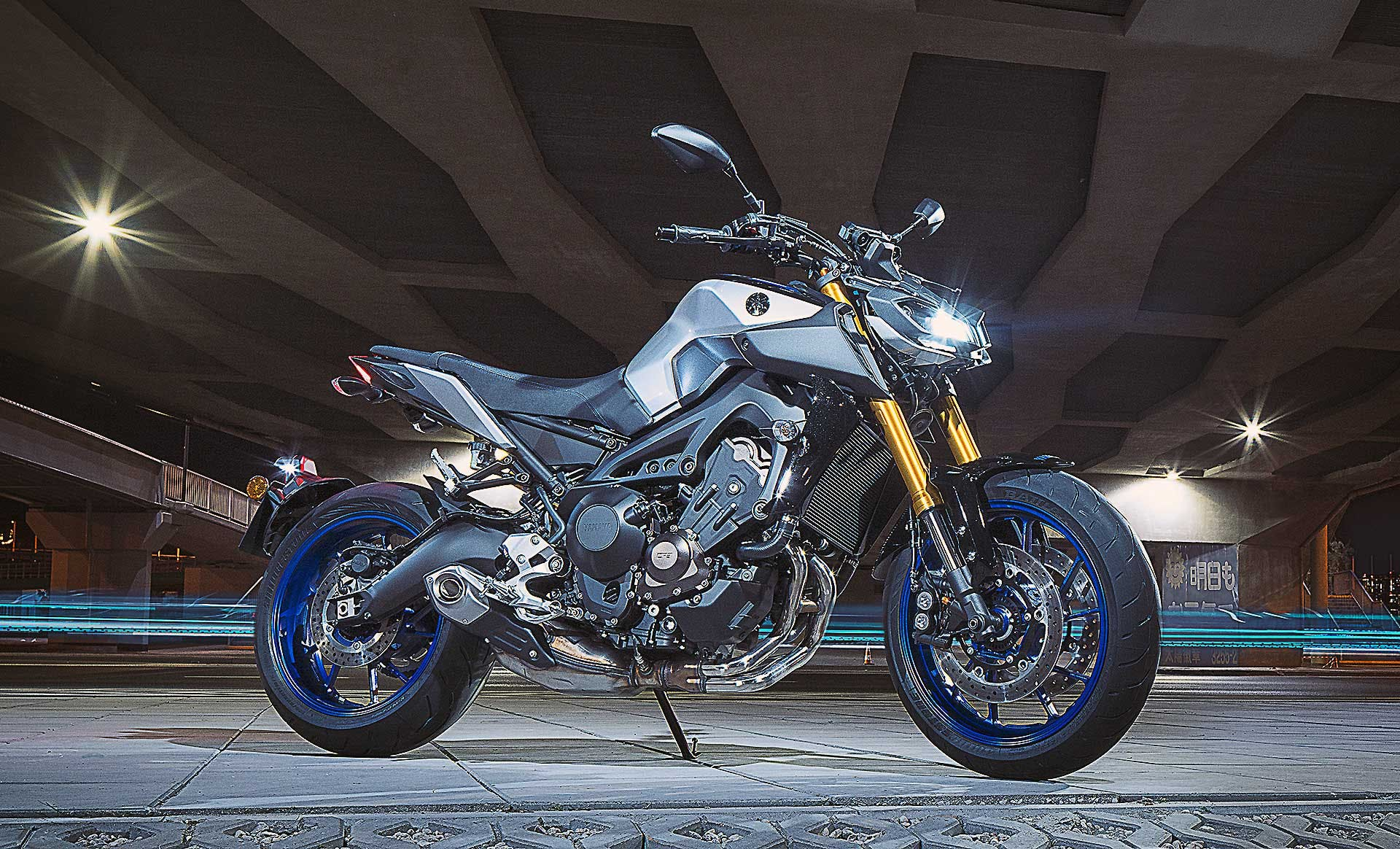 Yamaha MT-09 SP ambientata luci laterale cavalletto