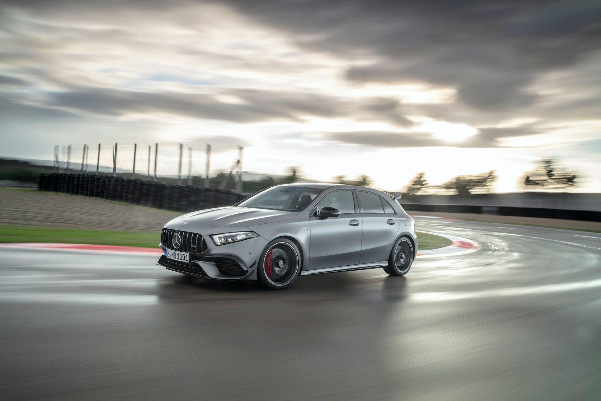 Mercedes-AMG A45 grigia in pista