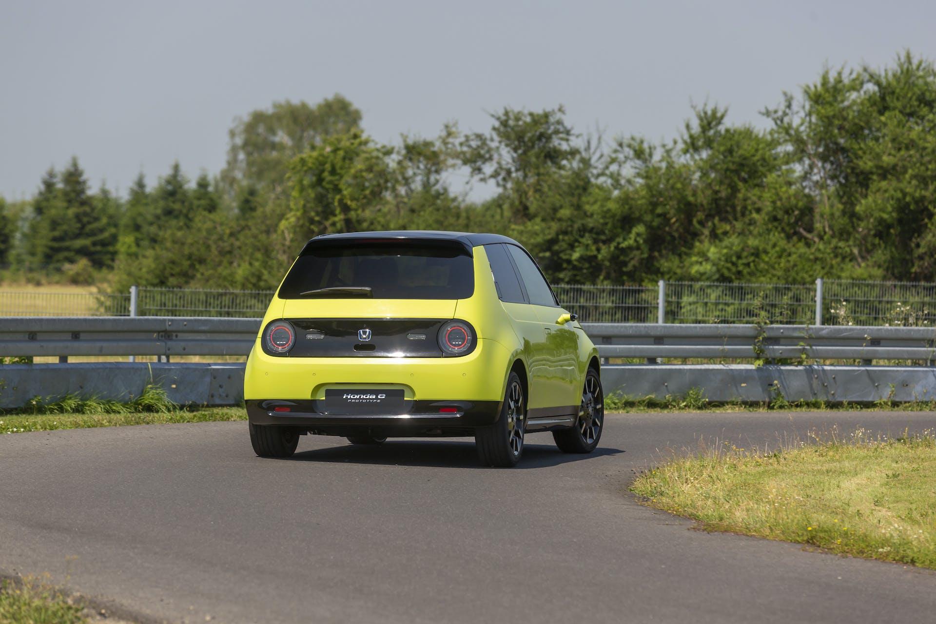 Honda e gialla vista posteriore