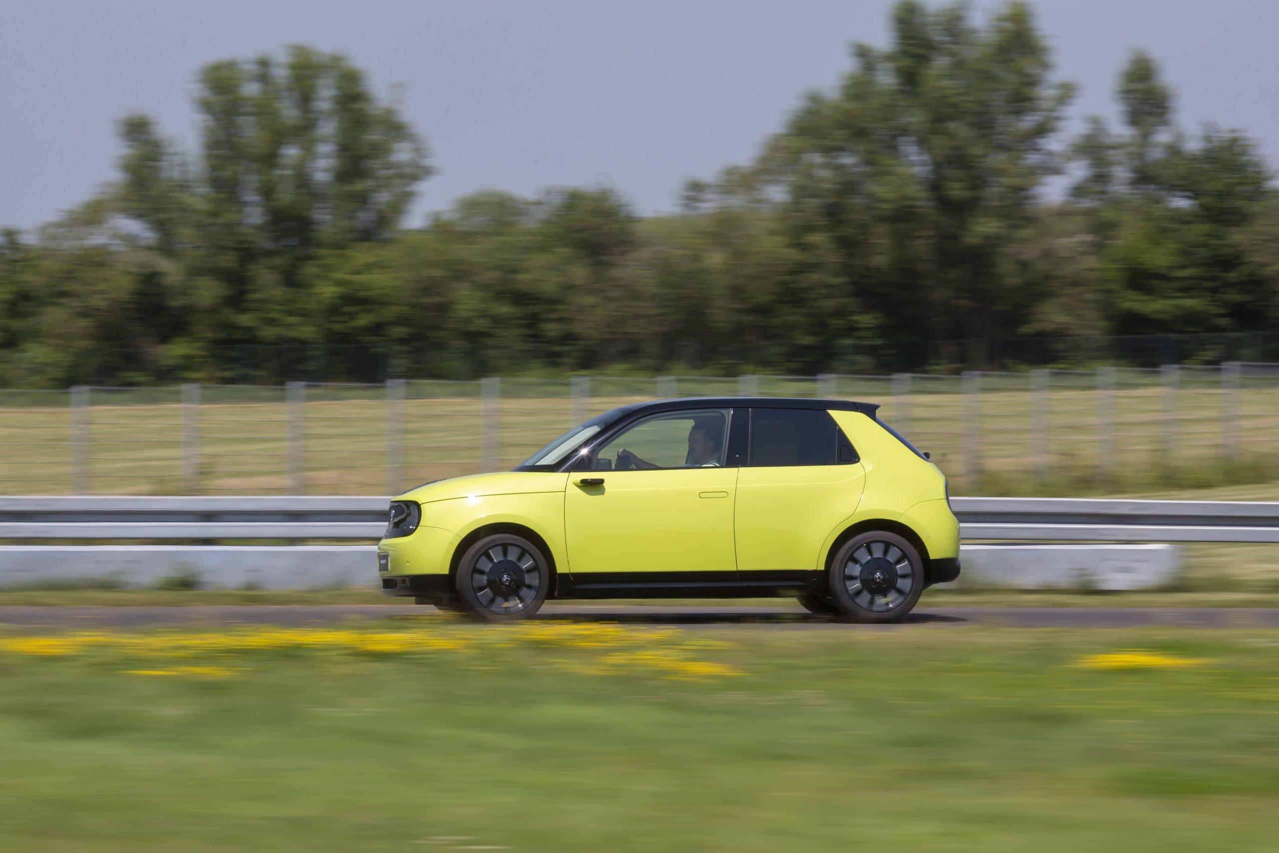 Honda e gialla vista laterale