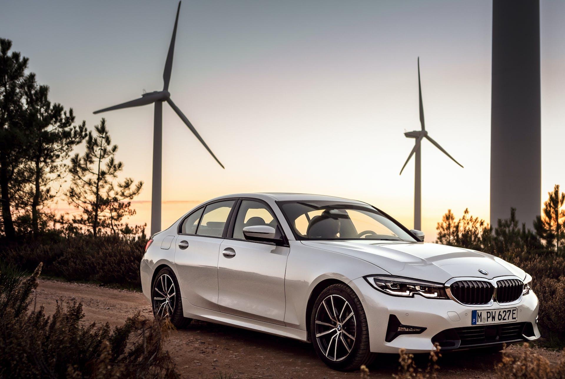 nuova BMW 330e pale eoliche