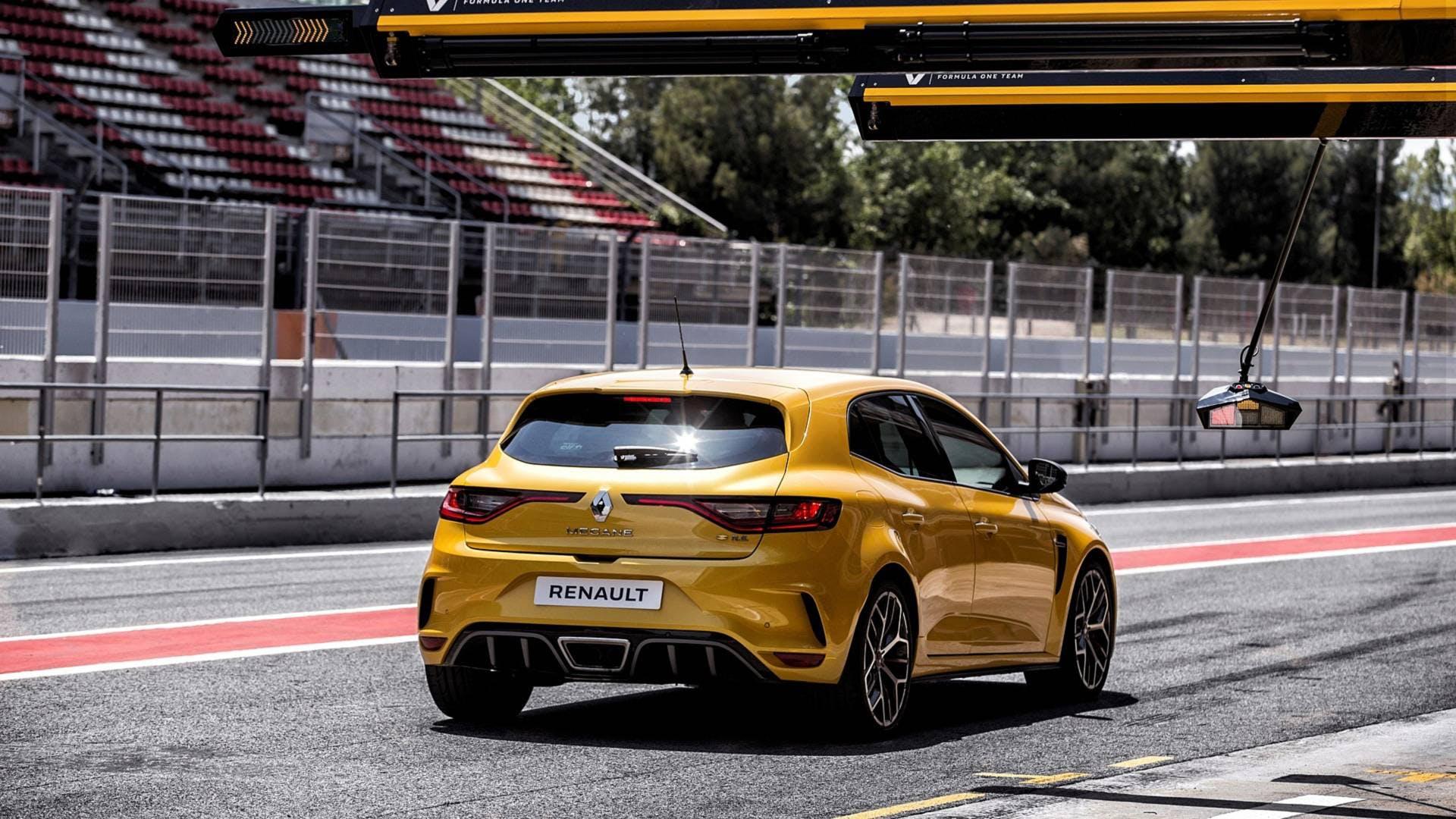 Renault Megane RS Trophy pit lane