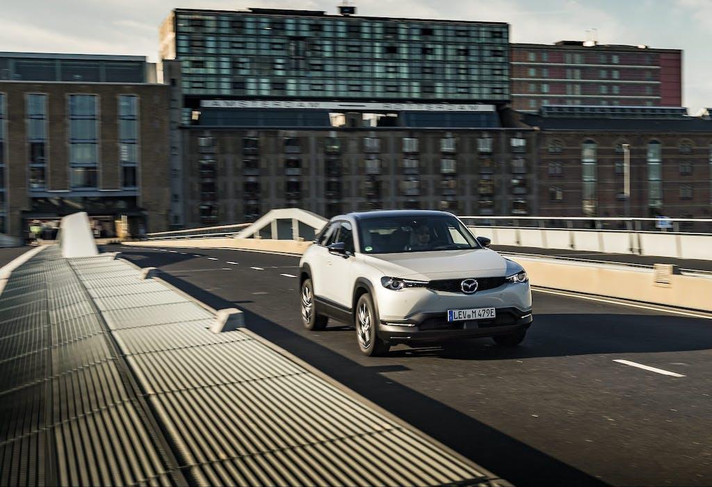 """Mazda MX-30, batterie piccole e autonomia """"limitata"""" sono la scelta migliore? Il test"""