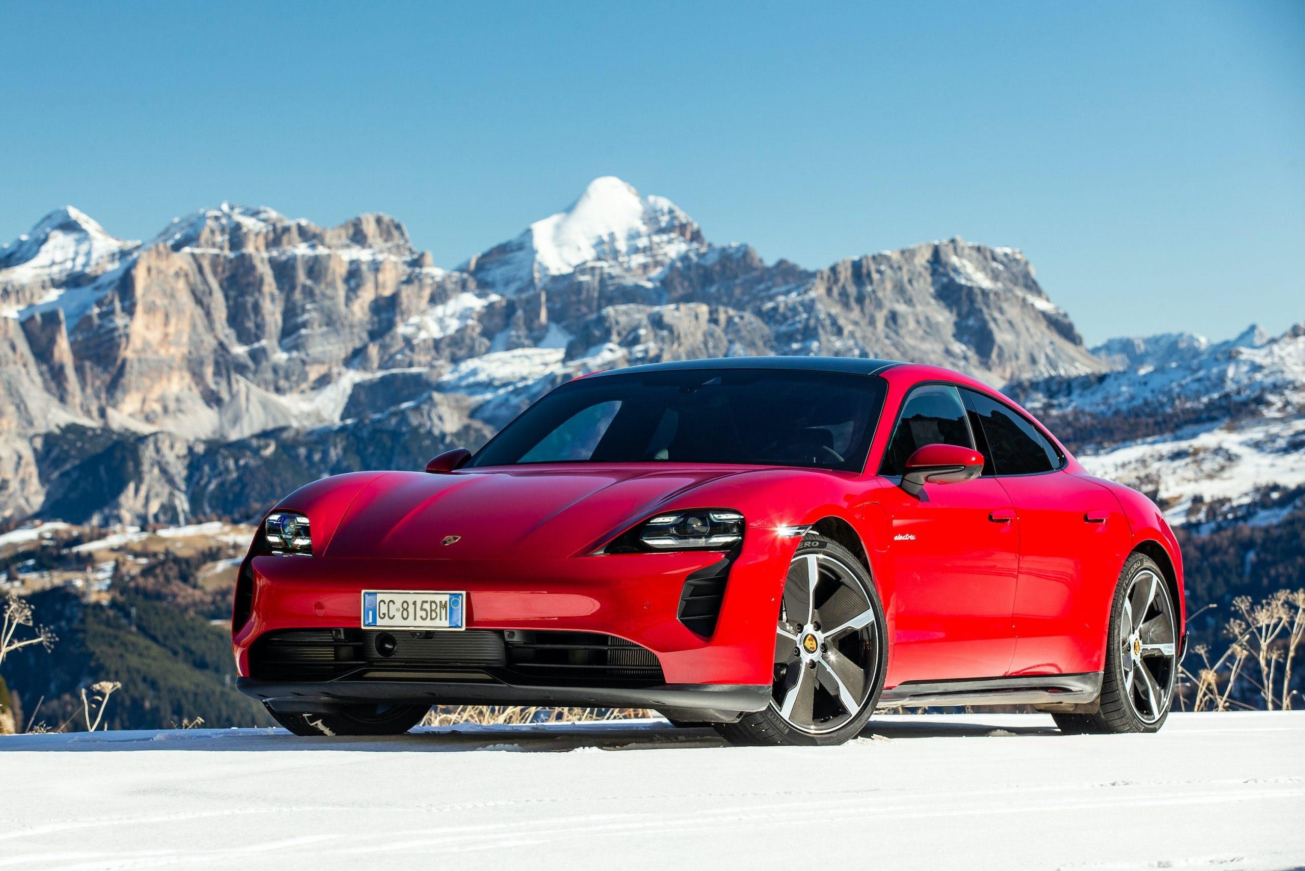 Porsche Taycan rossa statica Dolomiti