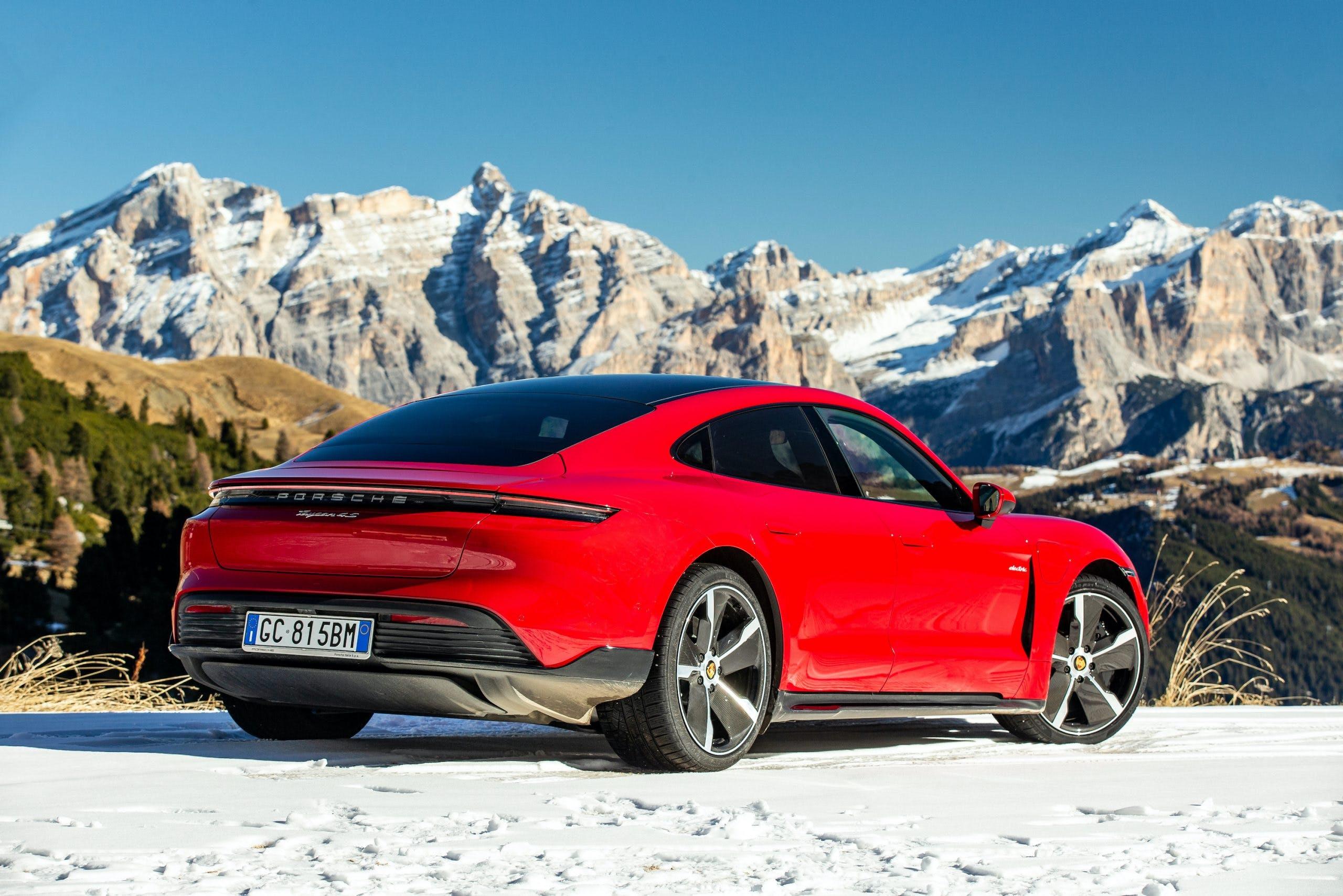 Porsche Taycan rossa sttaica posteriore