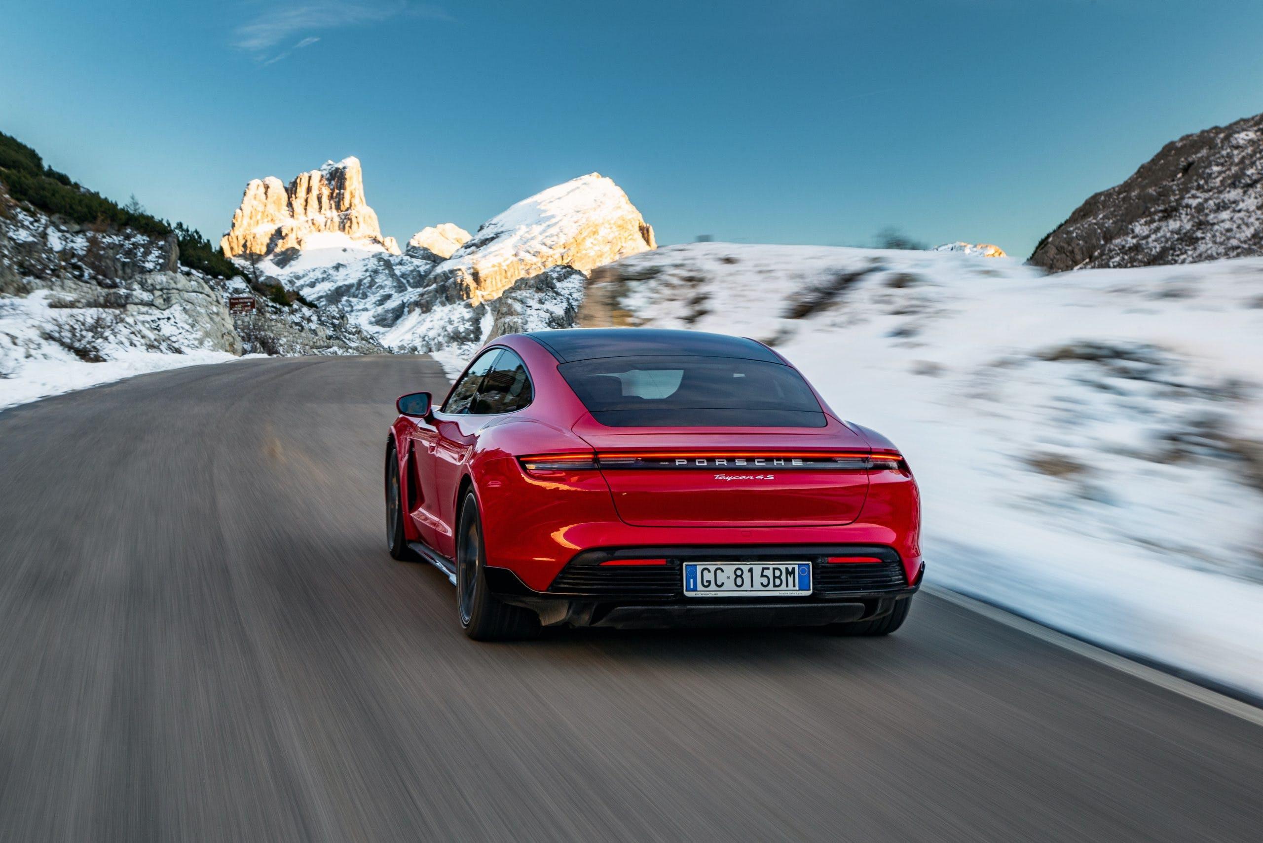 Porsche Taycan vista posteriore