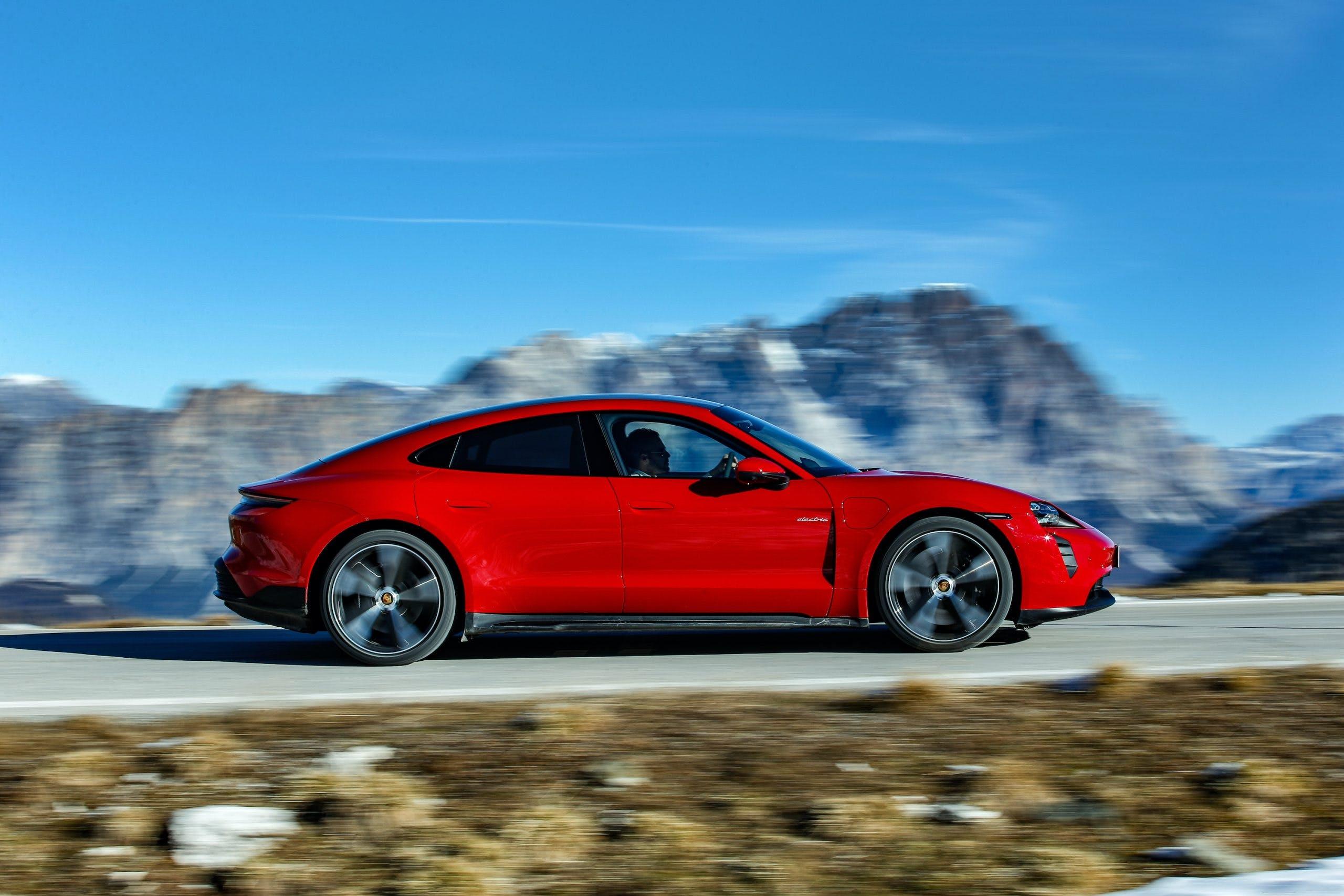 Porsche Taycan rossa vista laterale