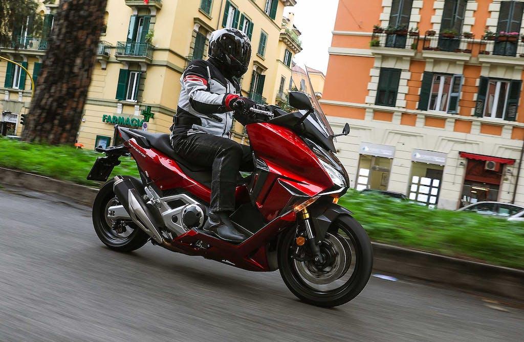 Prova Honda Forza 750, la moto dentro