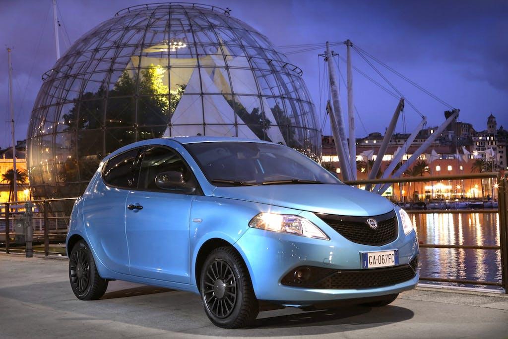 Lancia Ypsilon Blu elettrico frontale statica