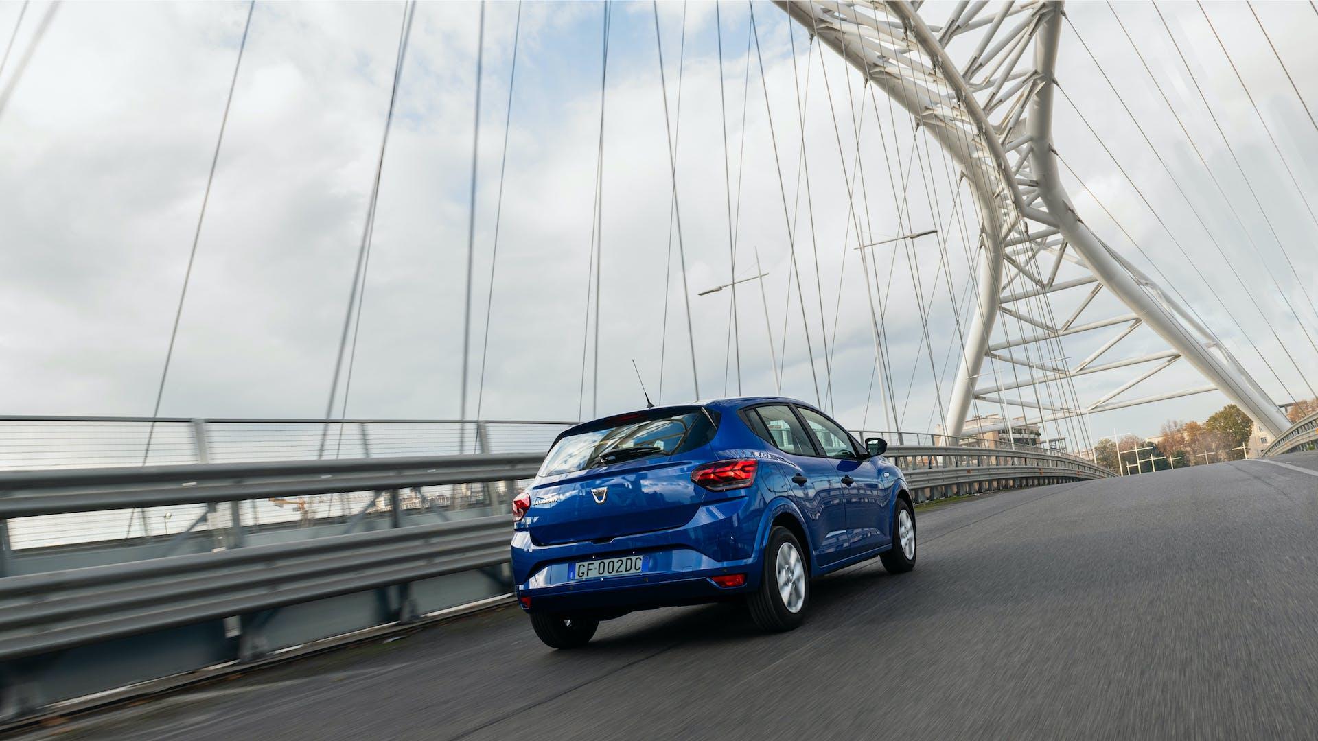 Prova nuova Dacia Sandero Streetway blu vista posteriore