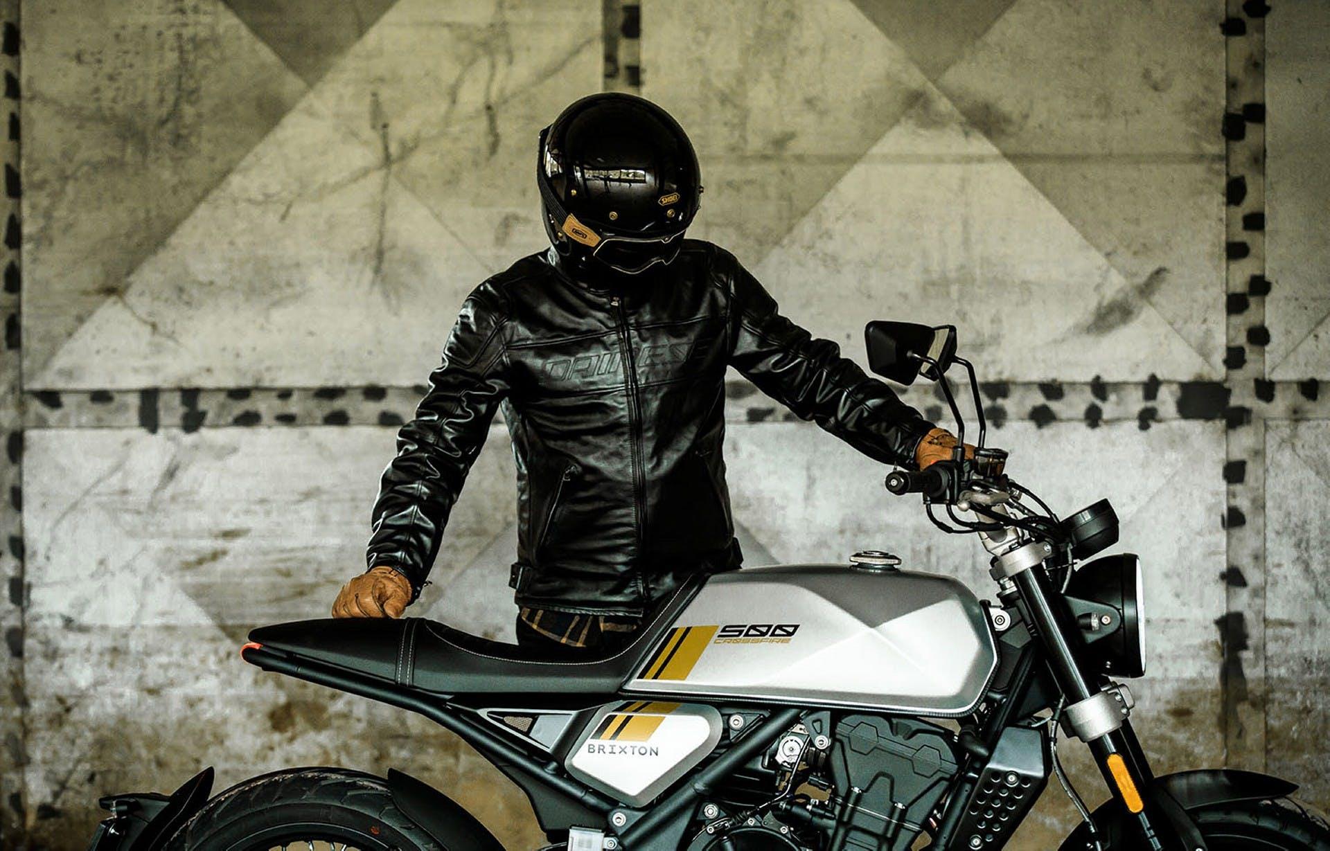brixton crossfire 500 foto statica laterale con motociclista