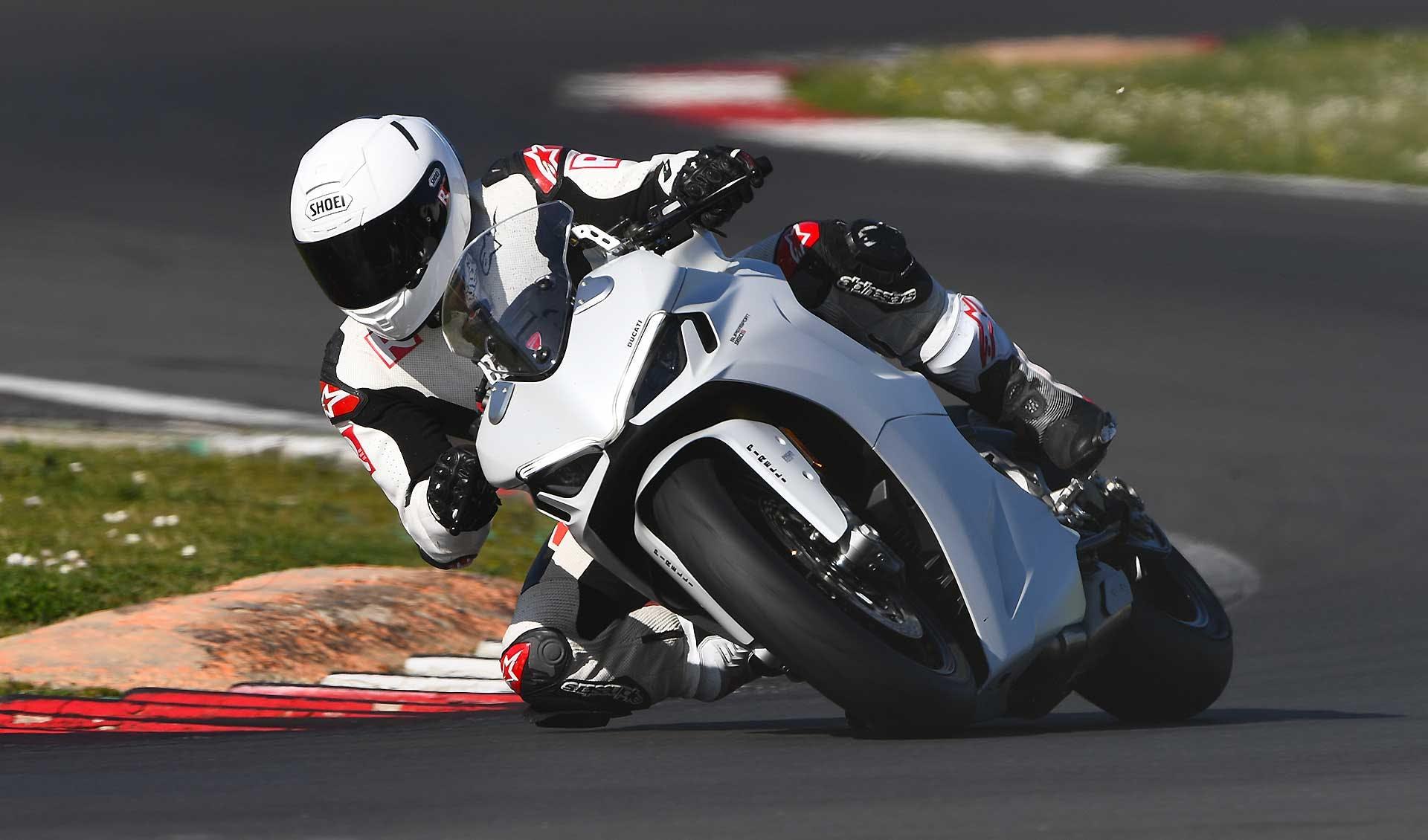 Ducati Supersport 950 S 2021 azione in pista