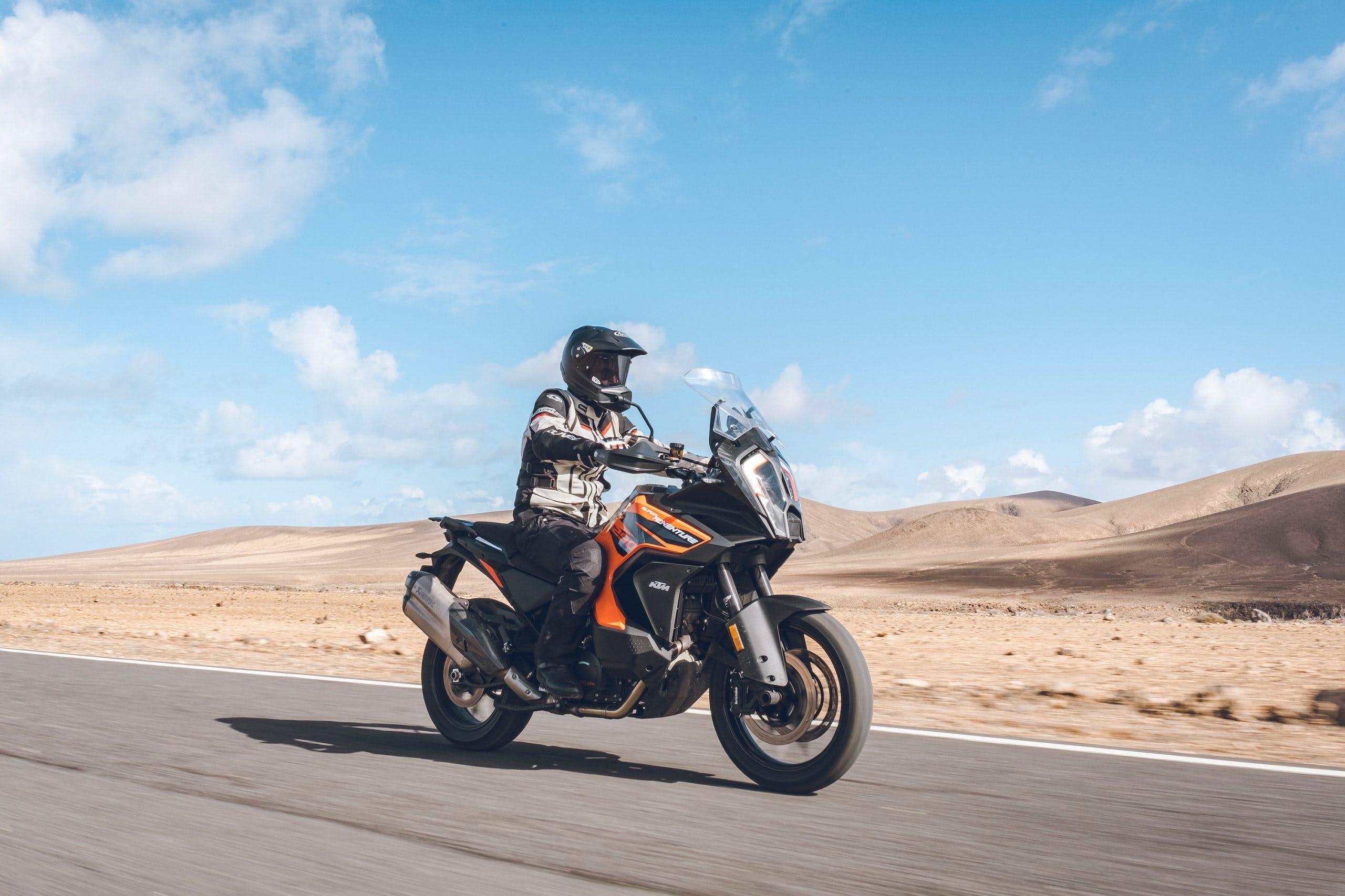 KTM-SUPER-ADVENTURE-1290-S-MY-2021 camera bike vicino alle dune