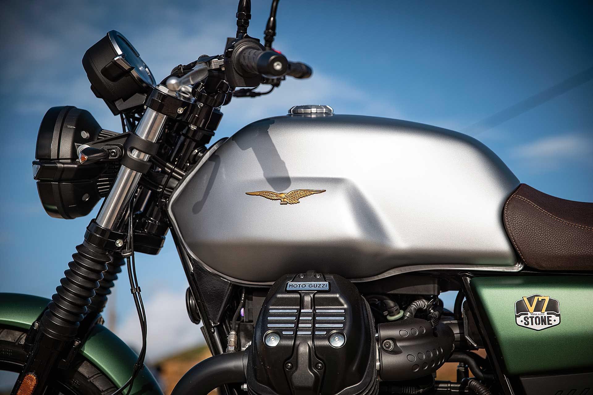 Moto Guzzi V7 Stone 2021 serbatoio