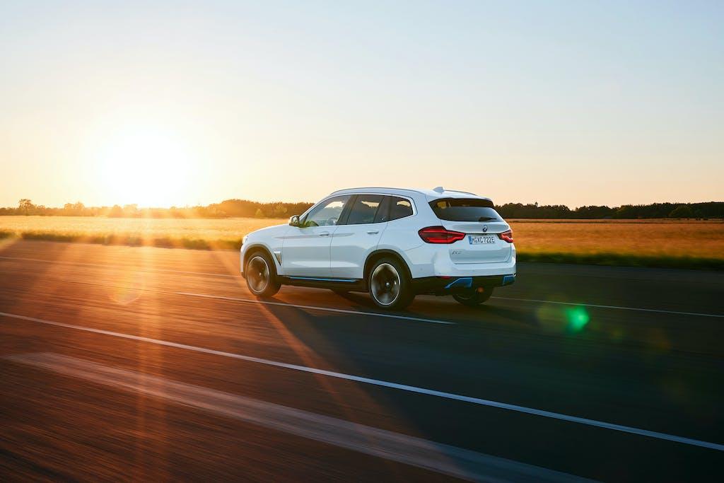 BMW iX3 prova - tre quarti posteriore - dinamica