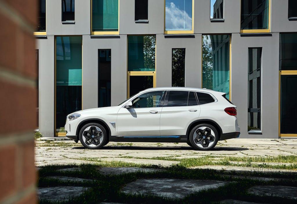 BMW iX3 prova - statica - vista laterale (bianca)