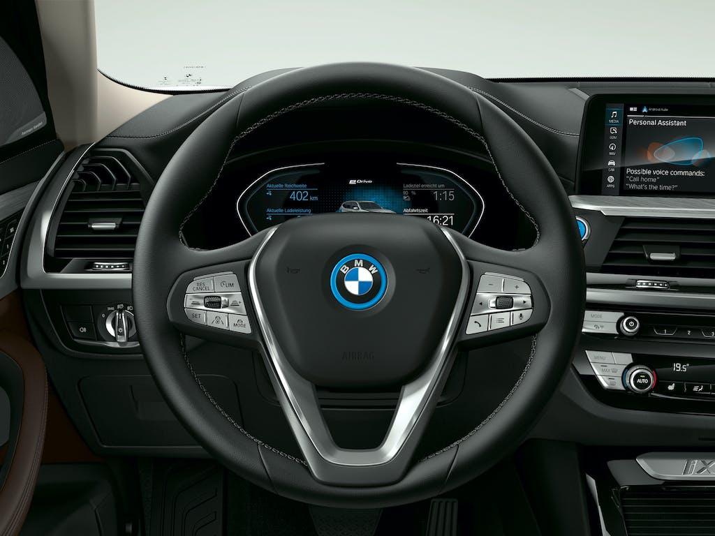 BMW iX3 prova dettaglio volante
