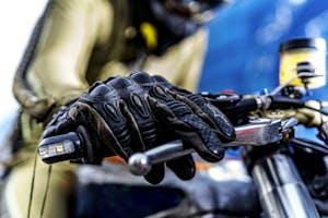 Vibrazioni art design moto con pezzi riciclati guanti