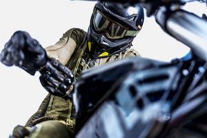 Vibrazioni art design moto con pezzi riciclati casco guanti