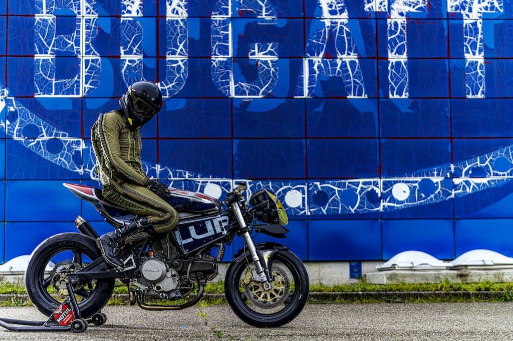 Vibrazioni art design moto con pezzi riciclati Bugatti muro blu