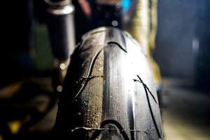 Vibrazioni art design moto con pezzi riciclati pneumatico