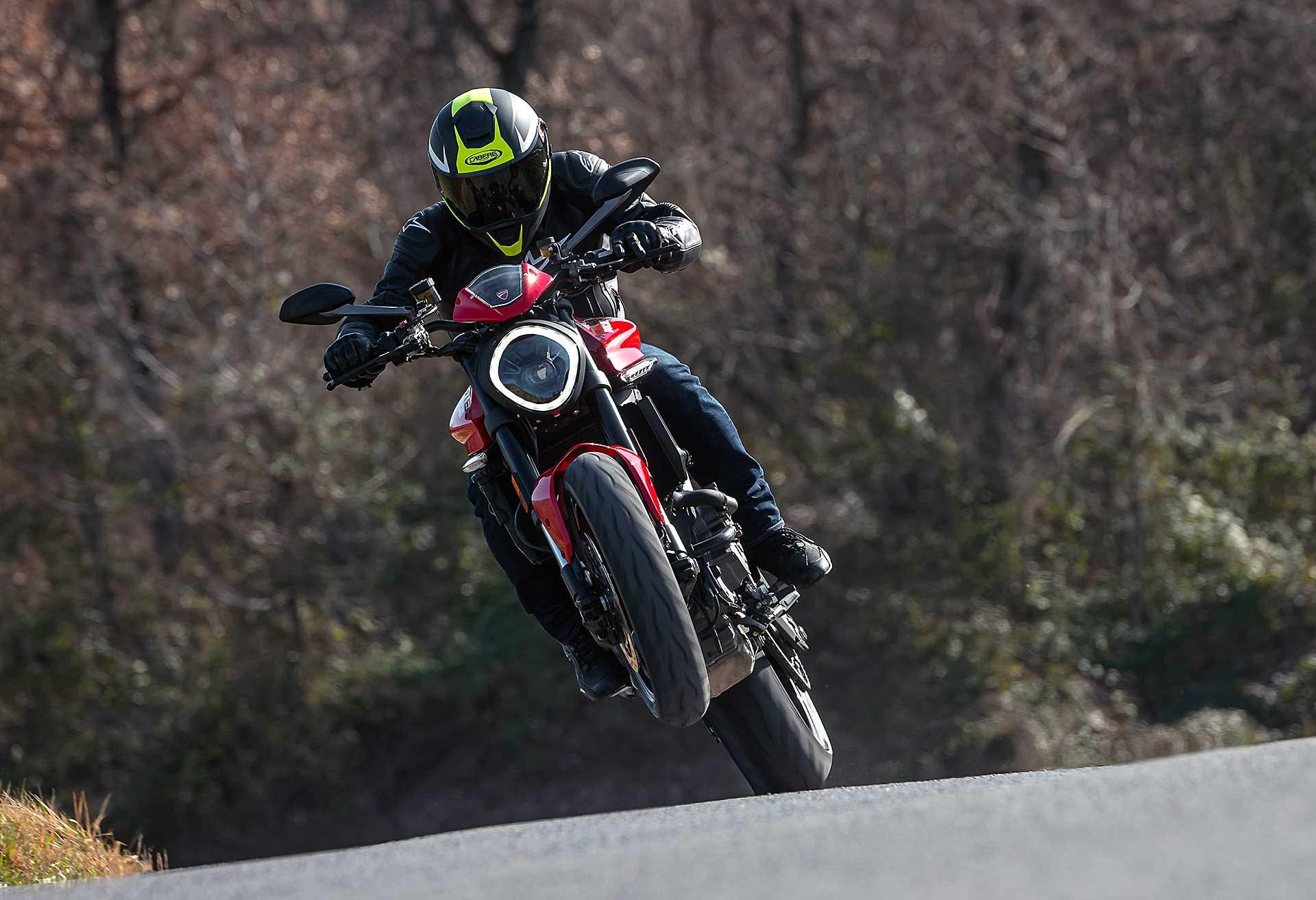 Ducati Monster 2021 impennata