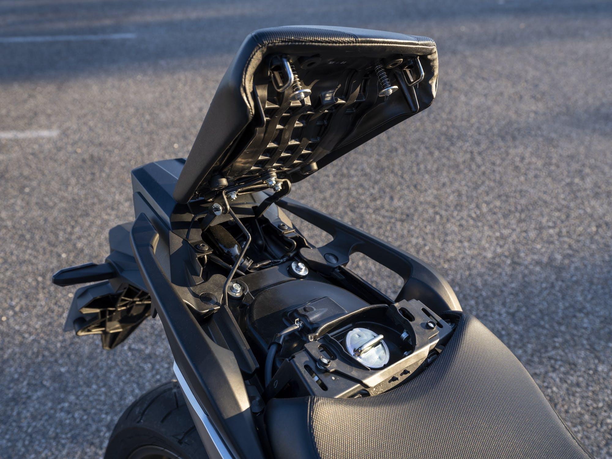 Honda NC750X 2021 serbatoio sotto la sella
