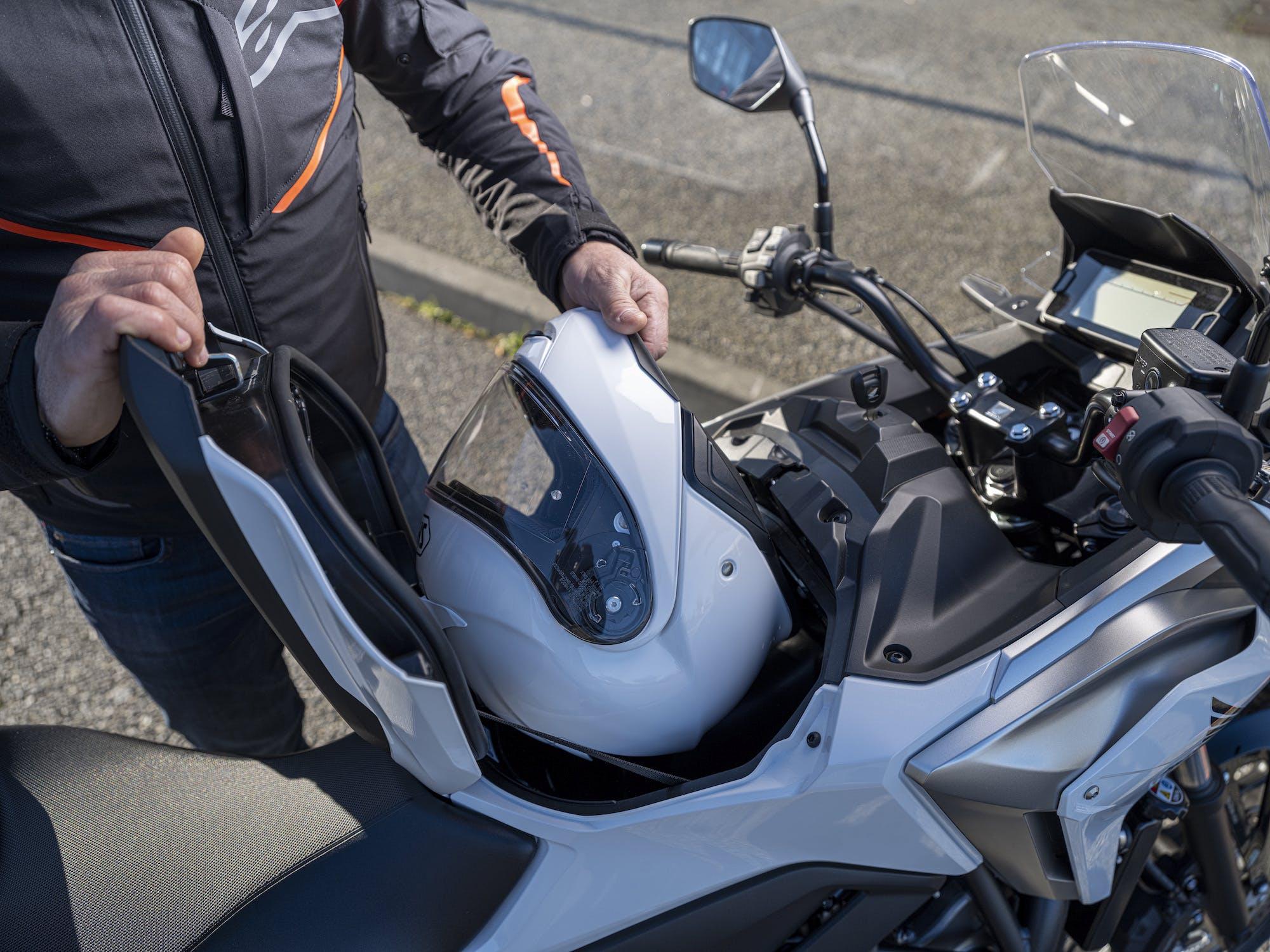 Honda NC750X 2021 vano portacasco