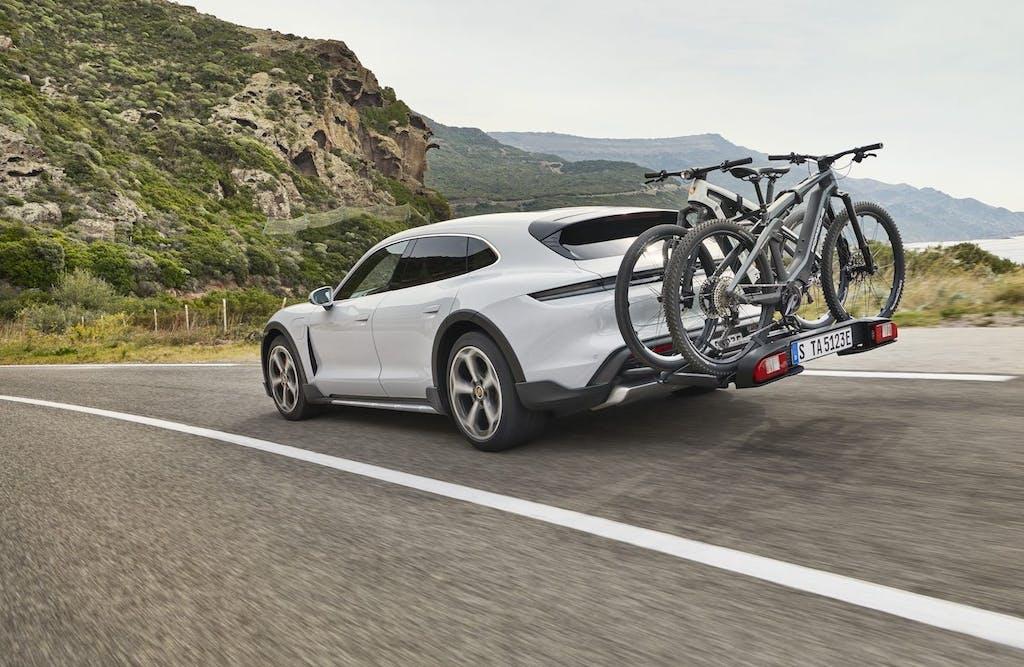 """Porsche Taycan Cross Turismo: la super elettrica diventa """"wagon"""""""