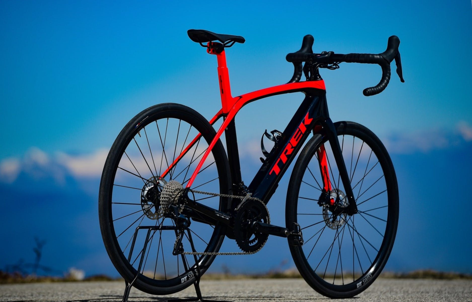 bici elettrica trek Domane+ LT foto statica in esterni tre quarti posteriore
