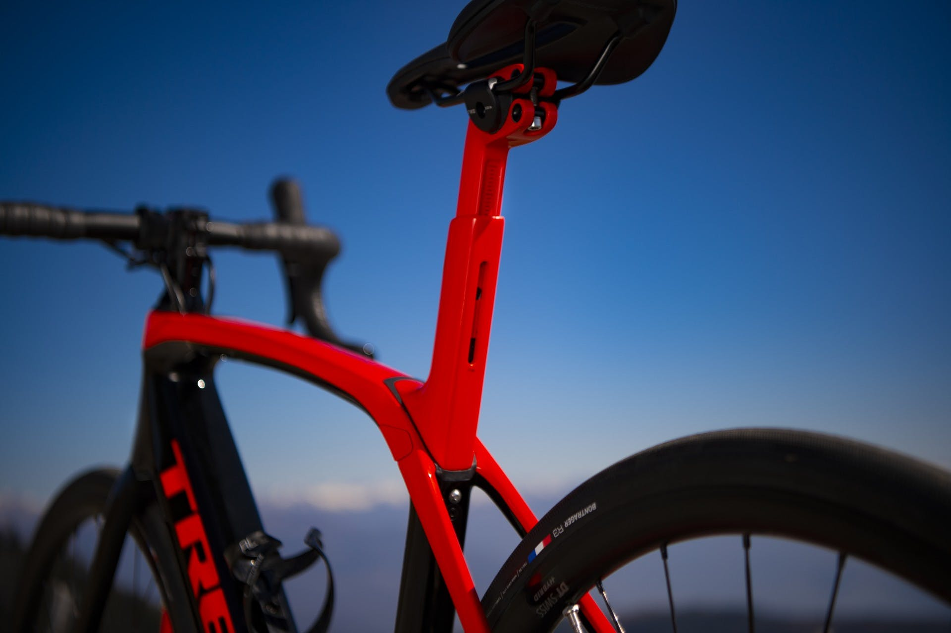 bici elettrica trek Domane+ LT foto statica in esterni particolare sistema isospeed