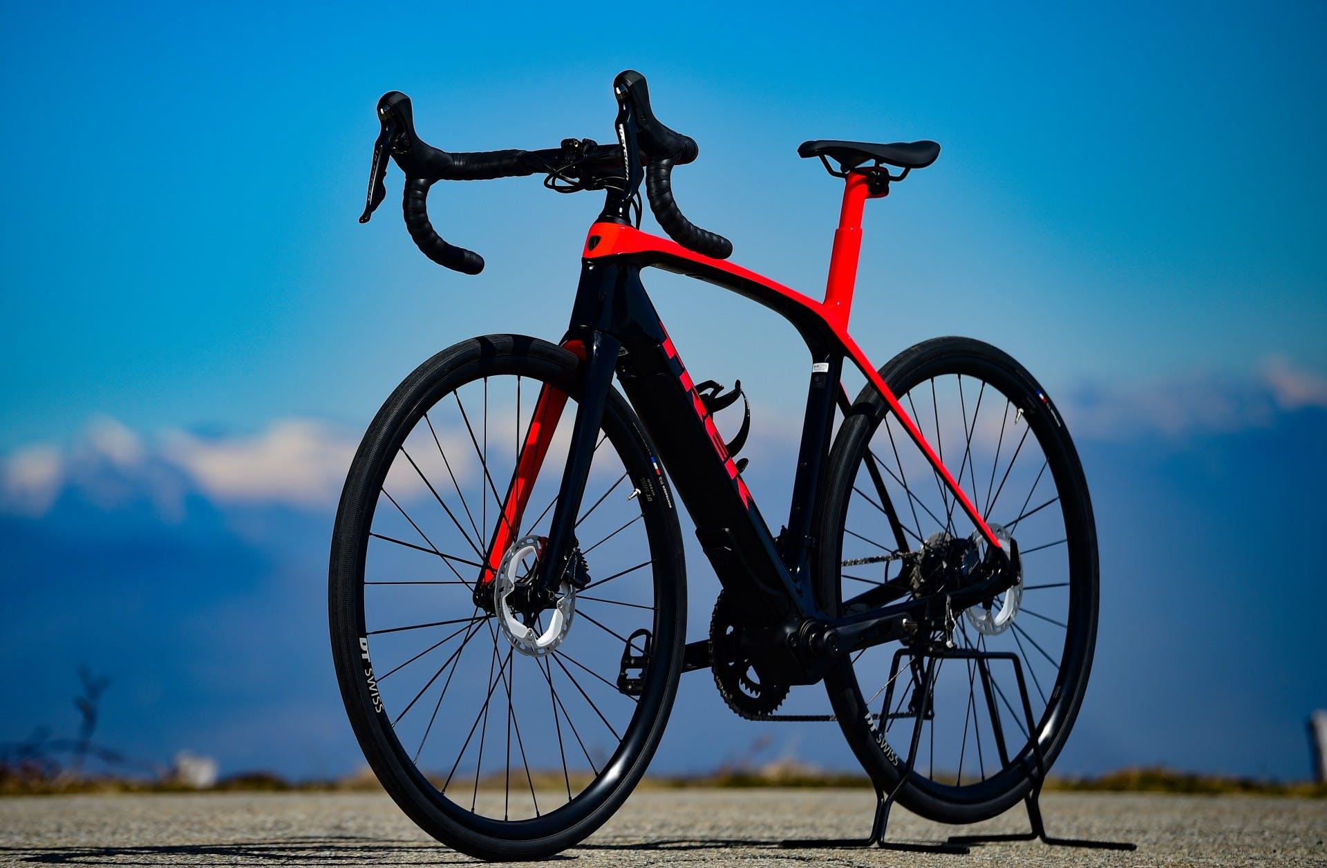 bici elettrica trek Domane+ LT foto statica in esterni tre quarti anteriore