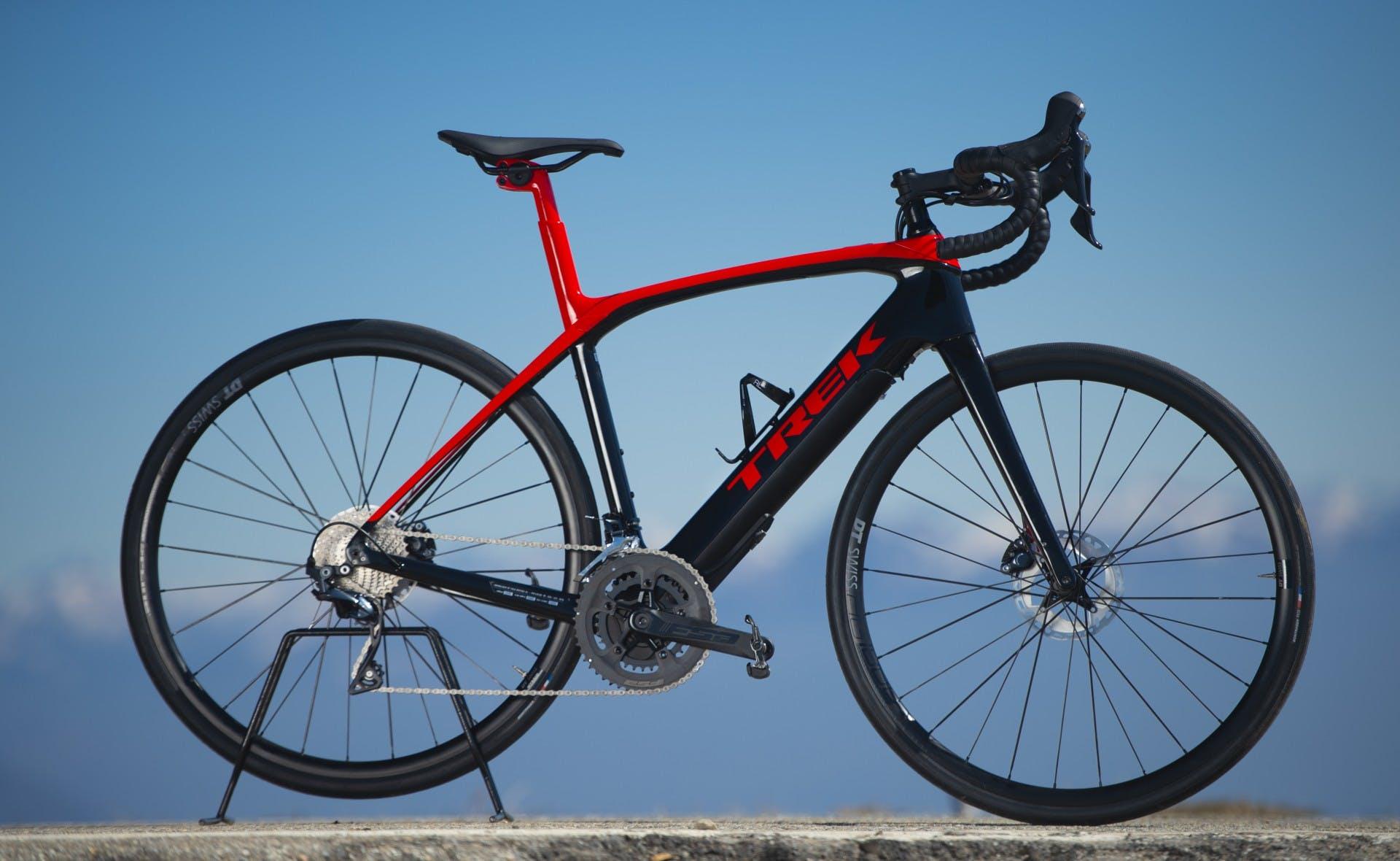 bici elettrica trek Domane+ LT foto statica in esterni laterale