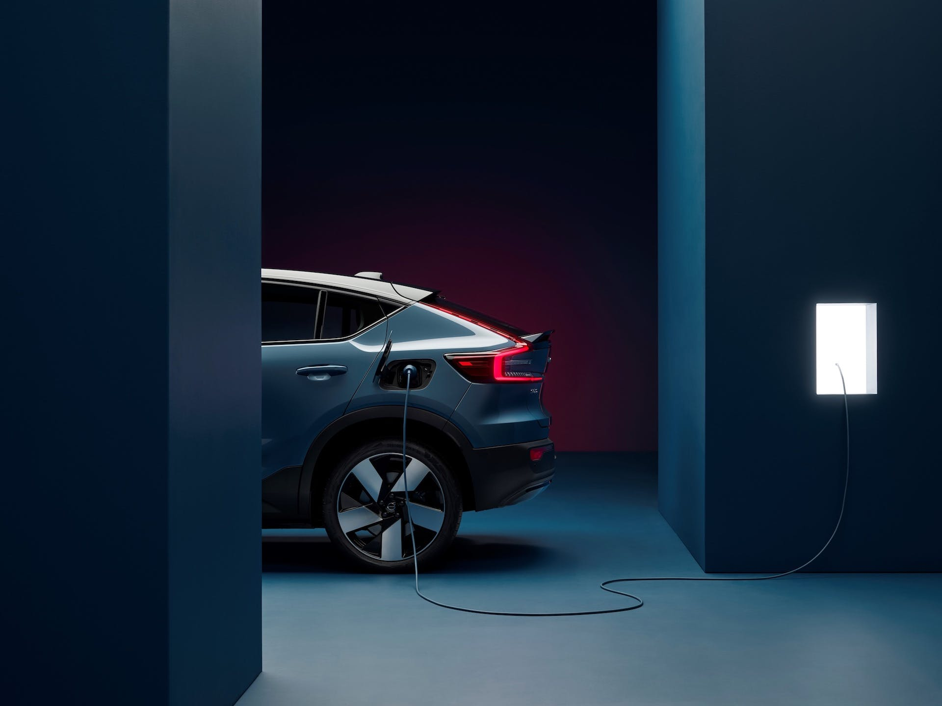 Volvo-C40-Recharge-rear-side-charging