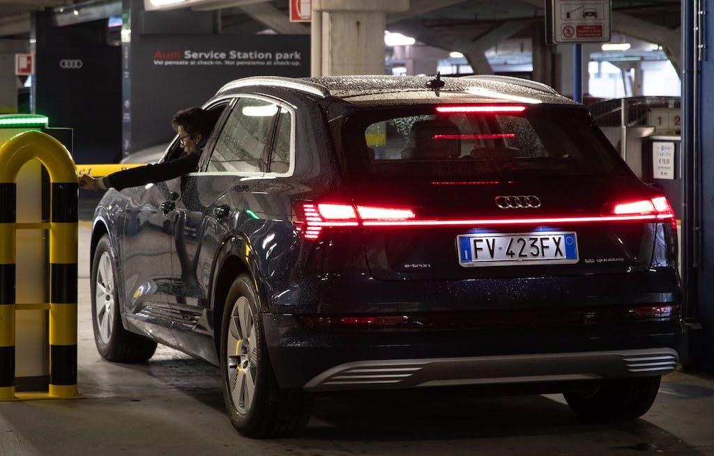 Audi e-tron parcheggio ricarica