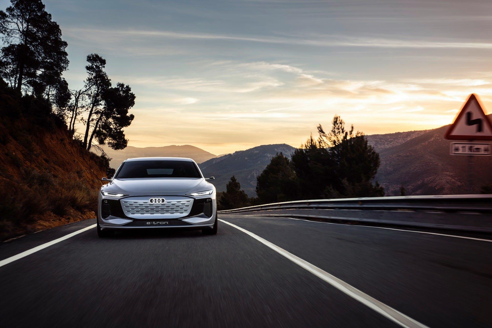 Concept Audi A6 e-tron totalmente elettrica - focus sulla calandra dove si può notare la mascherina ampia e levigata