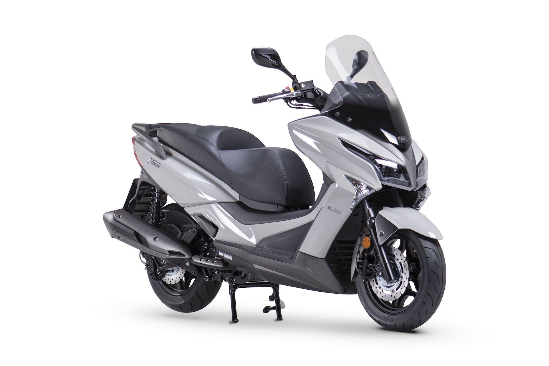Kymco X-Town 300i ABS - scooter sul cavalletto centrale visto anteriormente di tre quarti