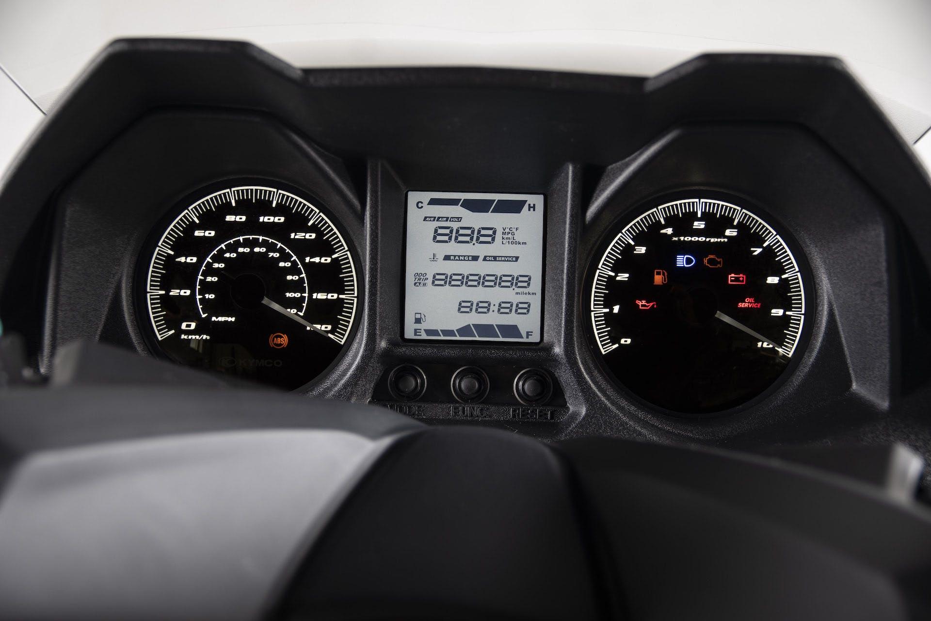 Dettaglio ravvicinato del cruscotto digitale del nuovo Kymco X-Town 300i ABS, ora Euro 5