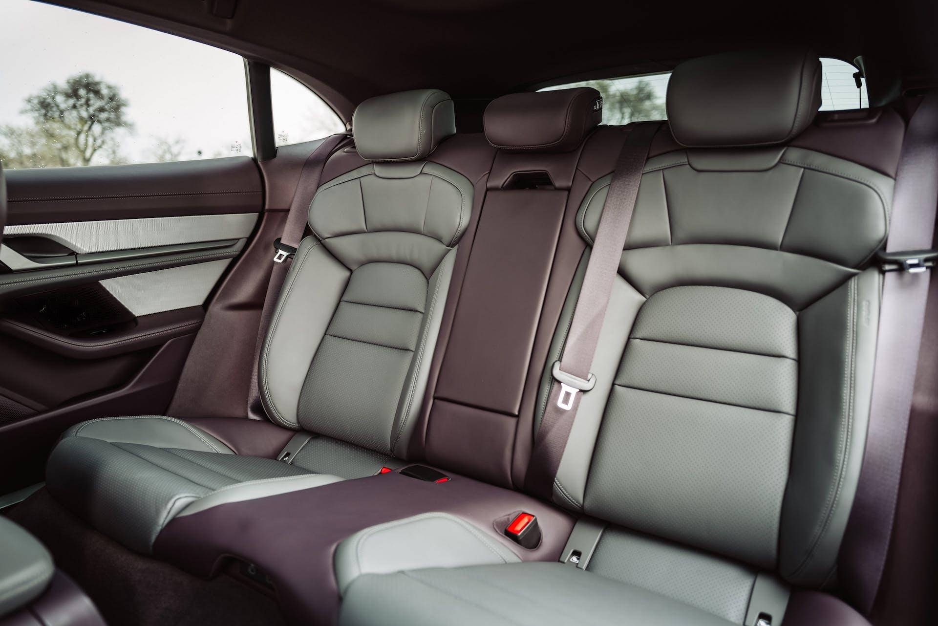 Dettaglio della seduta posteriore di Porsche Taycan 4 Cross Turismo