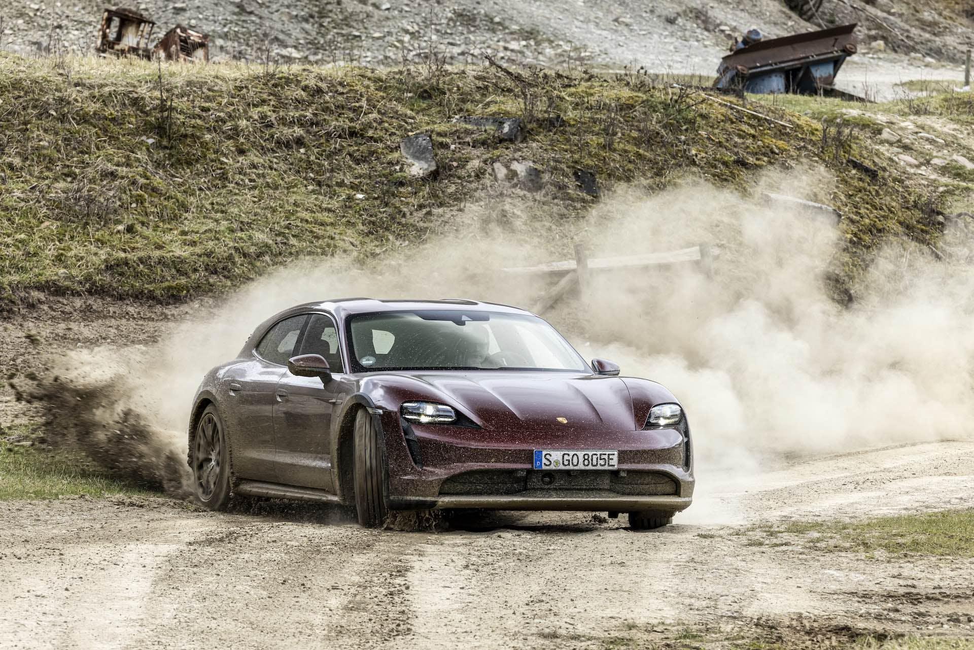 Porsche Taycan 4 Cross Turismo in derapata su strada sterrata