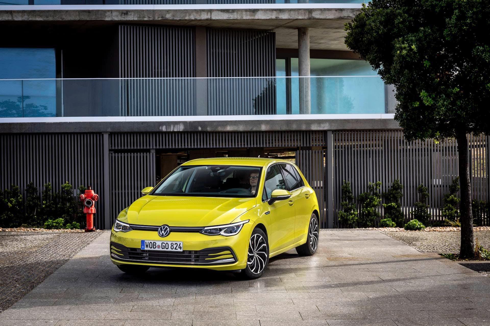 Nuova Volkswagen Golf 8 color oro, vista anteriormente per intero